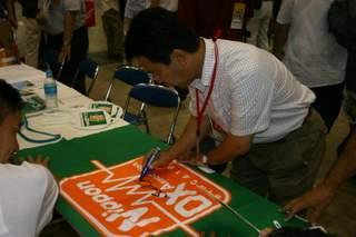 JH1ECG 大辺さんがフラッグにサイン!